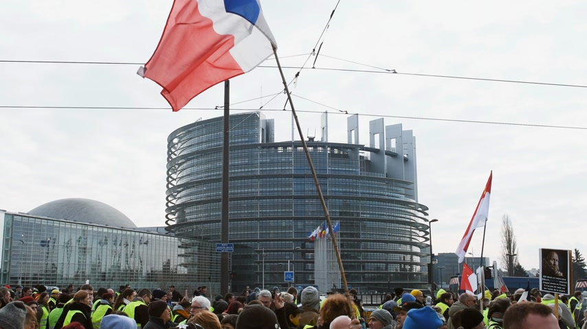 sobota : STRASBOURG, FRANCE - FEB 02, 2018: Protesters with French National flag in front of European Parliament Gilets Jaunes Yellow Vest manifestation on the 12 Saturday of anti-government demonstrations Dostupné videozáznamy