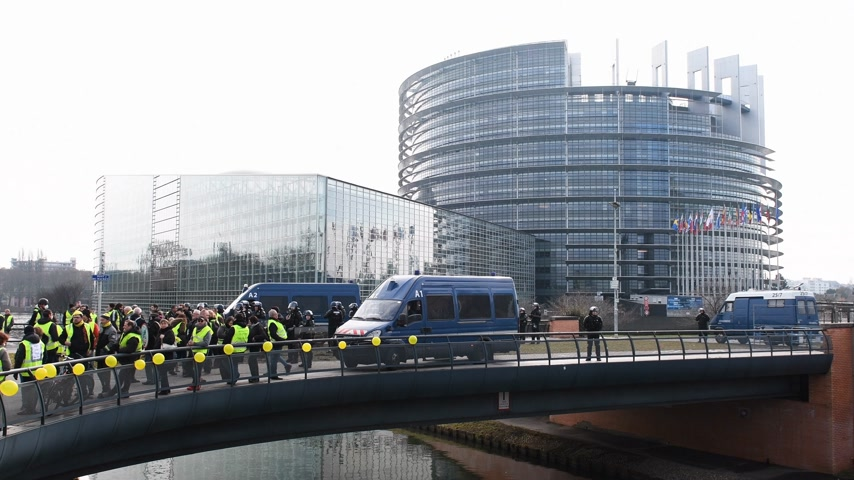大砲 : STRASBOURG, FRANCE - FEB 02, 2018: French police securing European Parliament building during protest of Gilets Jaunes Yellow Vest manifestation on the 12 Saturday of anti-government demonstrations