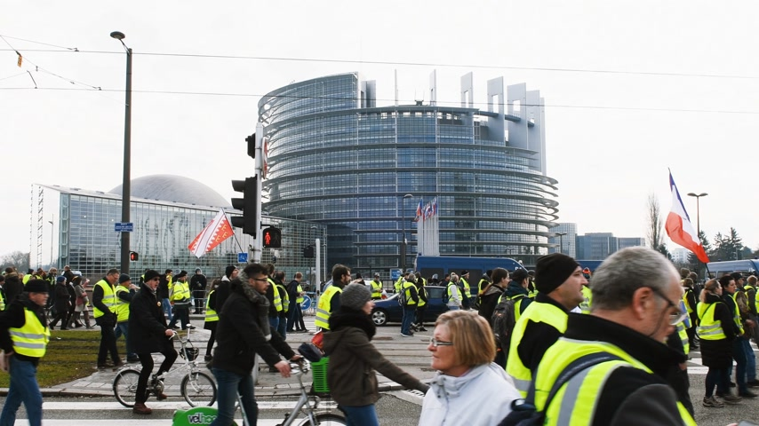 oy : STRASBOURG, FRANCE - FEB 02, 2018: Gilets Jaunes Yellow Vest manifestation people demonstrating walking during protest central Strasbourg in front of European Parliament Stok Video