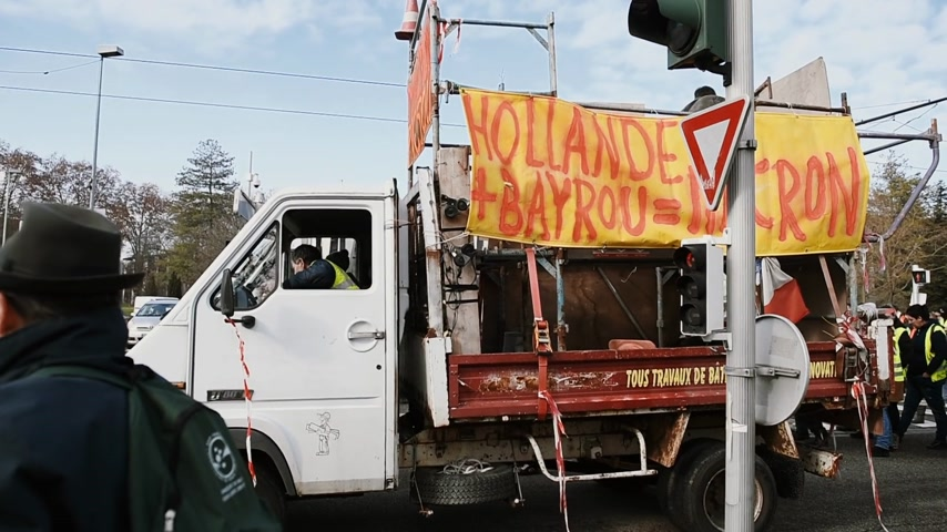 sobota : STRASBOURG, FRANCE - FEB 02, 2018: Truck with banner Hollande plus Bayrou equal Macron Gilets Jaunes Yellow Vest manifestation on the 12 Saturday of anti-government demonstrations - closed street Dostupné videozáznamy