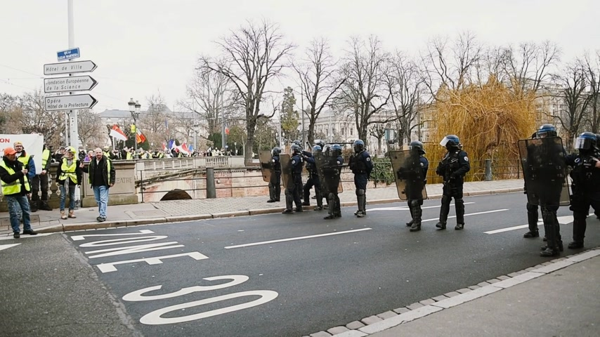 sobota : STRASBOURG, FRANCE - FEB 02, 2018: Police squadron team protecting Prefect headquarters from Gilets Jaunes Yellow Vest manifestation on the 12 Saturday of anti-government demonstrations