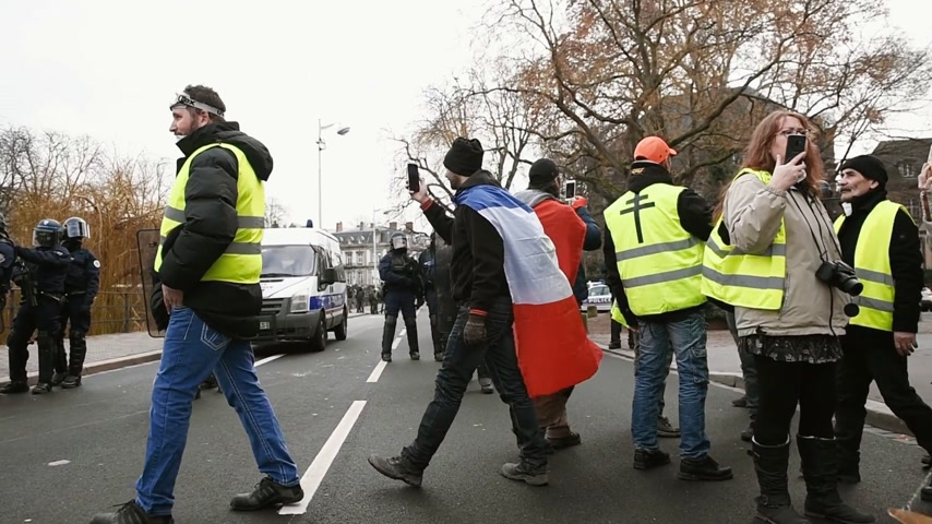 sobota : STRASBOURG, FRANCE - FEB 02, 2018: People protest of Gilets Jaunes Yellow Vest manifestation in front of French police armed officers Dostupné videozáznamy