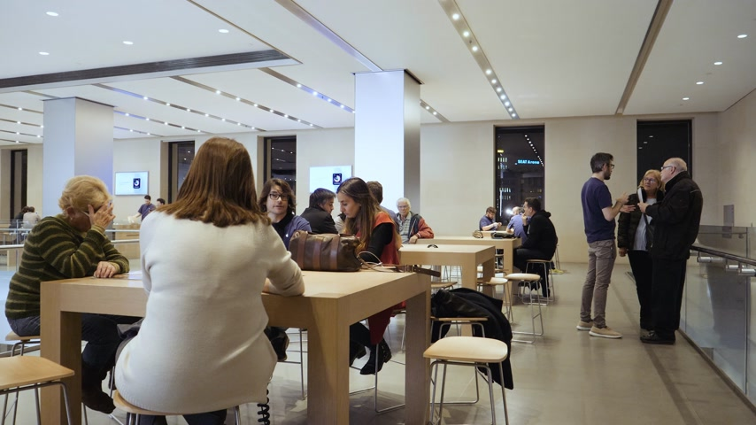 объяснение : BARCELONA, SPAIN - CIRCA 2019: Customers people inside Apple Store Passeig de Gracia waiting for their education course Genius Bar and Support and Today at Apple Стоковые видеозаписи