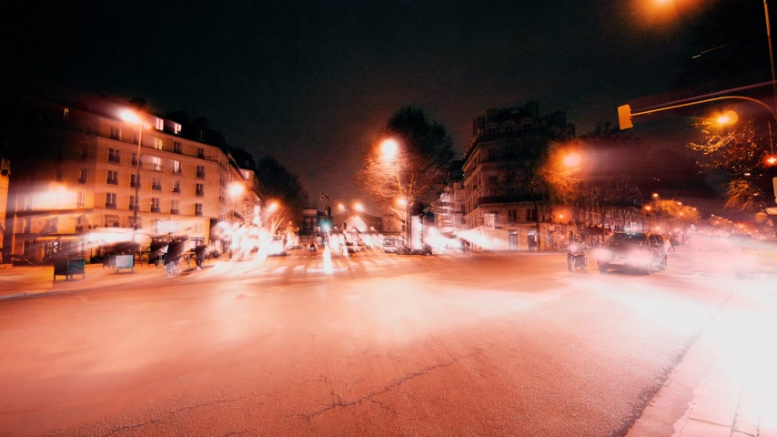 uliczka : Paris, France - Circa 2019: Iridescent light radiating beam light coming from street lights buildings and people on Paris street at dusk - conceptual pandemic situation in European capital Wideo
