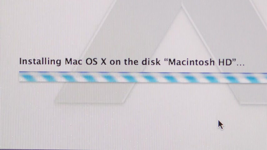 haladás : CALIFORNIA, UNITED STATES - CIRCA 2014: Apple Computers new desktop computer iMac with Installing Mac OS X on the disk Macintosh HD progression bar Stock mozgókép