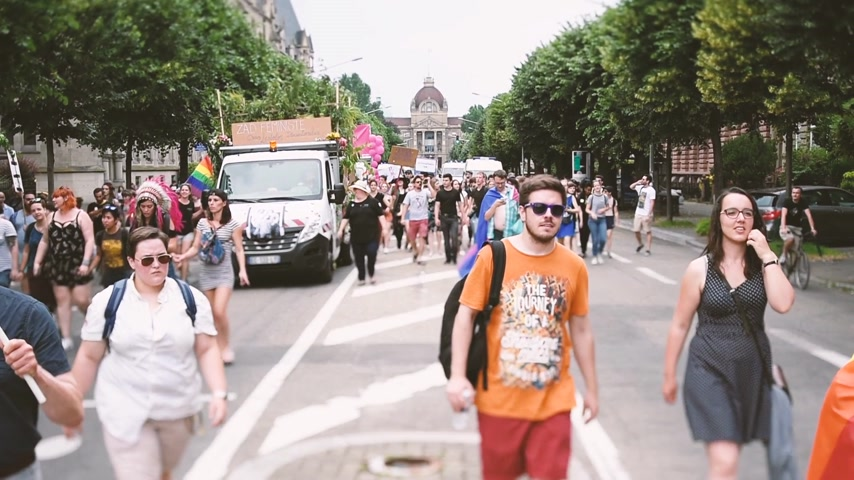 sexualita : STRASBOURG, FRANCE - CIRCA 2018: Large crowd of people waving rainbow flags at annual FestiGays pride gays and lesbians parade marching on Avenue de la Liberte Freedom Avenue Dostupné videozáznamy