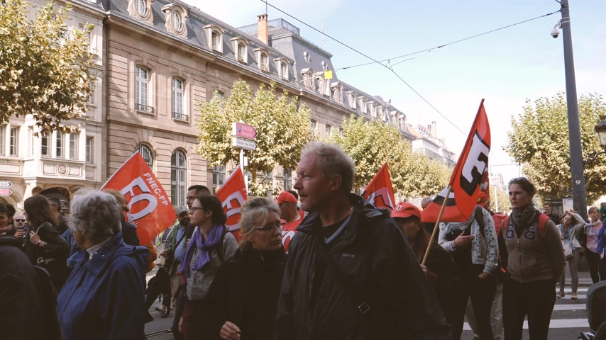 szakszervezet : Strasbourg, France - Sep 12, 2017: Protesters in front of Banque de France during political march during a French Nationwide day of protest against labor reform proposed by Emmanuel Macron Government Stock mozgókép