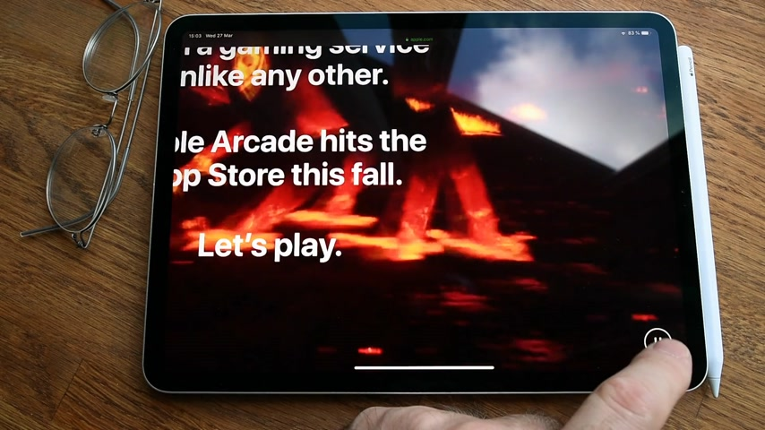 プロ : Paris, France - Circa 2019: Man POV at the new iPad Pro with Apple.com website featuring Games that redefine games site about newly launched Arcade video game subscription service