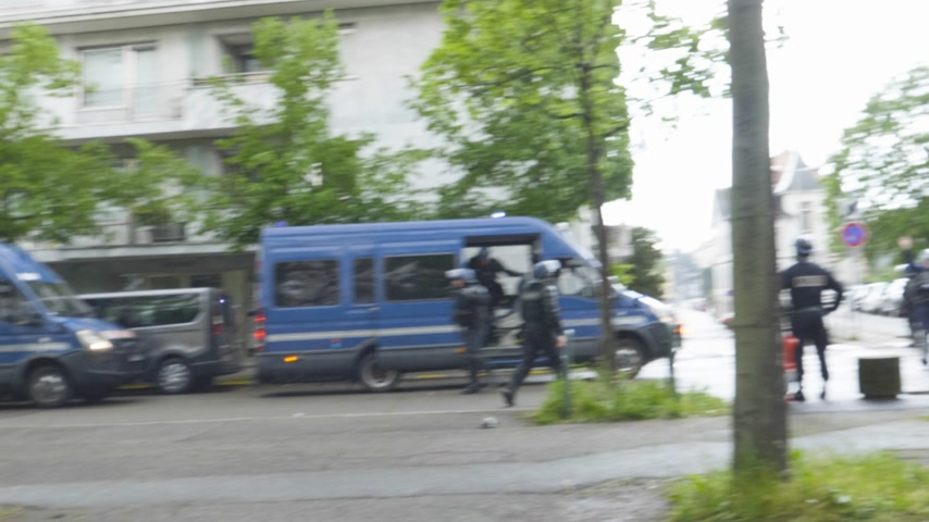 弾薬 : Strasbourg; France - Apr 28; 2019: French gendarmes police officers intervention with tear gas on rue Daniel Hirtz street during altercations yellow vests waste bin fire