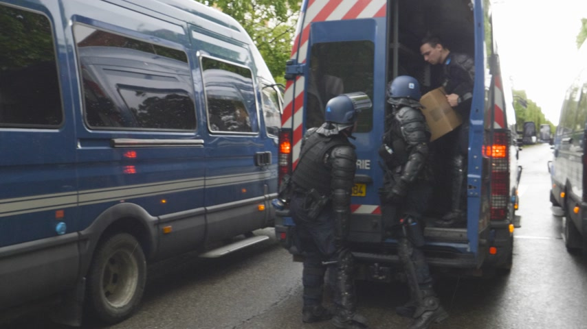 gösterici : Strasbourg, France - Apr 28, 2019: Side view of rench Police officers gendarmes loading in van boxes with 1330-14-548-9477 hand launcher grenades supply for next altercations Yellow vests protestors Stok Video