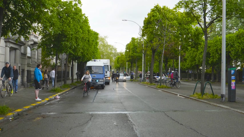 gösterici : Strasbourg, France - Apr 28, 2019: French Police gendarmes officers securing street Alee de la Robertsau near Council of Europe street after altercations with Yellow Vests Stok Video