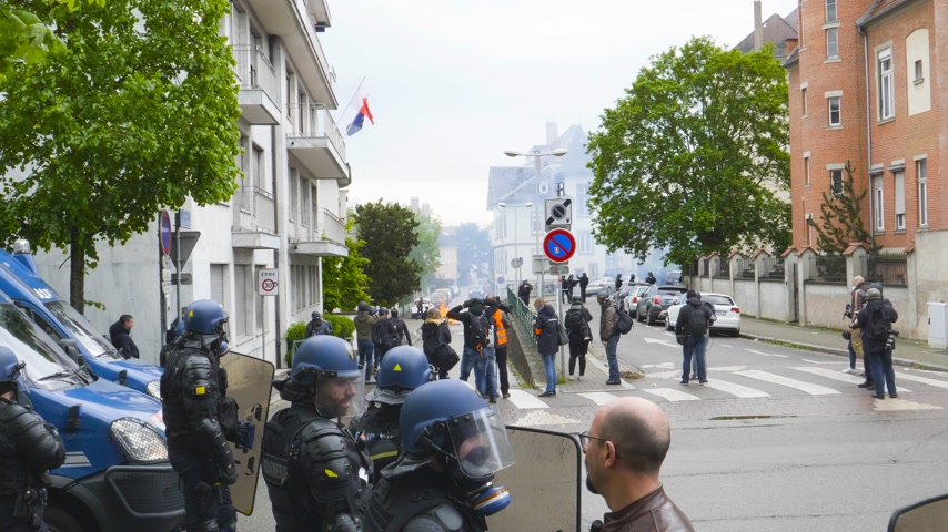 policista : Strasbourg, France - Apr 28, 2019: French journalists reporting as gendarmes police officers intervention with tear gas on rue Daniel Hirtz street during altercations yellow vests waste bin fire