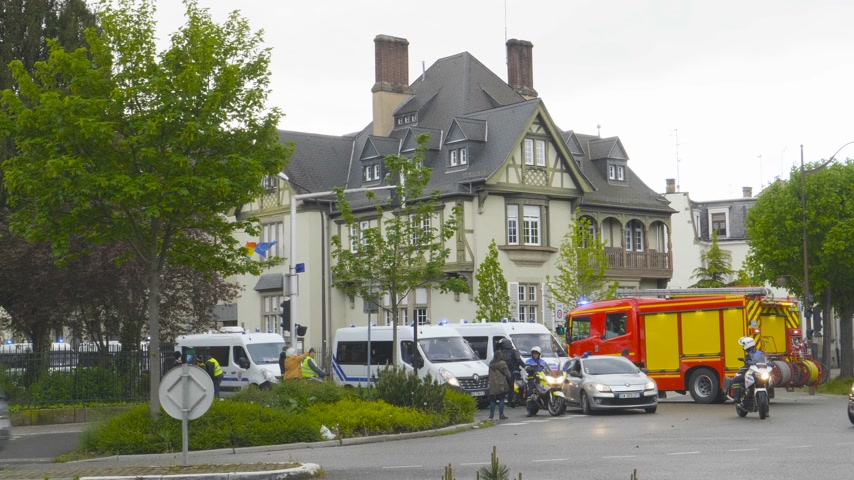 sirene : Strasbourg, France - Apr 28, 2019: Police officers and firefighter truck with light beacons turned on securing entrance to Rue Schweighaeuser after altercations with Yellow Vests Gilets jaunes