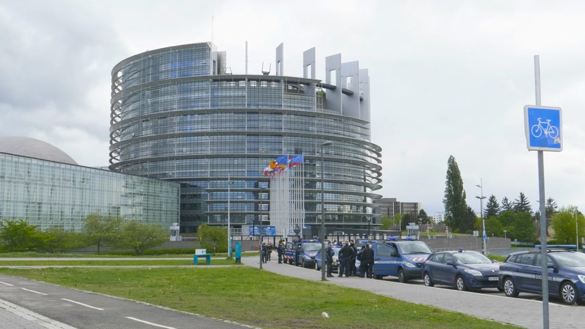 policista : Strasbourg, France - Apr 28, 2019: Newsworthy establishing shot of European Parliament headquarter being secured by police gendarmerie officers during Yellow Vests movement on Saturday