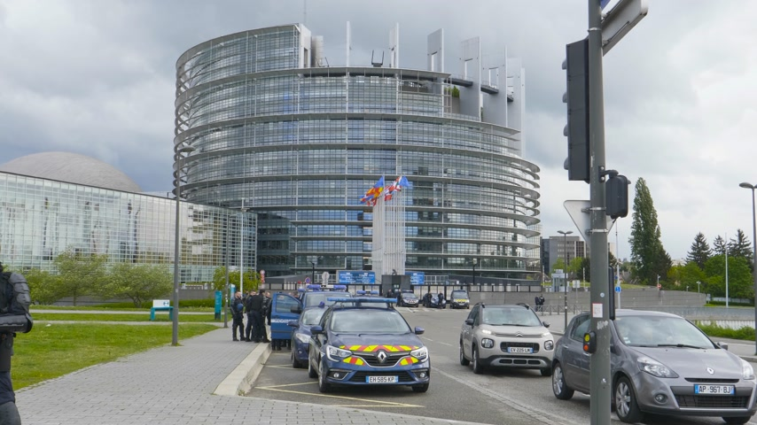 policista : Strasbourg, France - Apr 28, 2019: Multiple police gendarmerie vans with police officers and gendarmes securing European Parliament headquarter during Yellow Vests movement