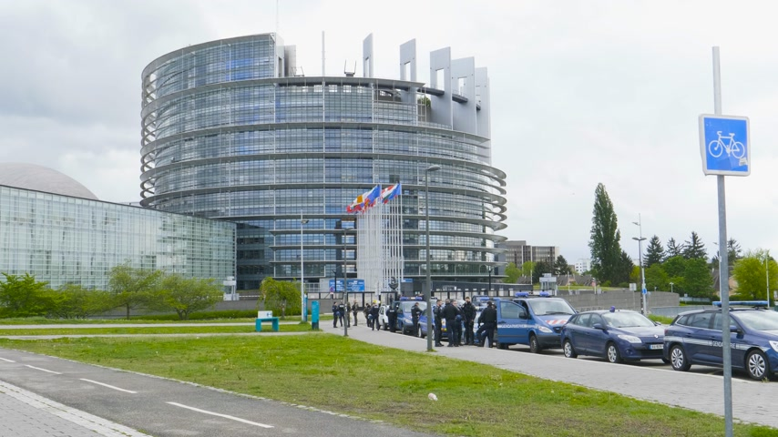 de aumento : Strasbourg, France - Apr 28, 2019: Multiple police gendarmerie vans with police officers and gendarmes securing European Parliament headquarter during Yellow Vests movement