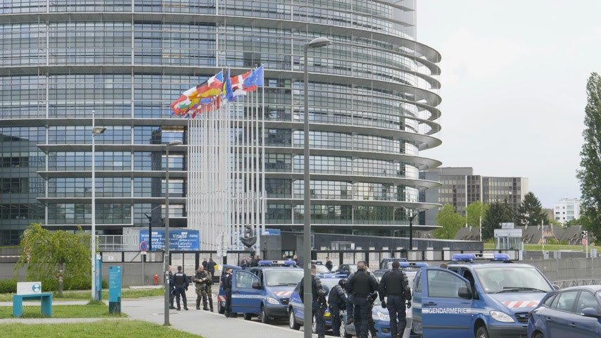 gösterici : Strasbourg, France - Apr 28, 2019: Establishing shot of European Parliament headquarter being secured by police gendarmerie officers at entrance during Yellow Vests movement on Saturday Stok Video