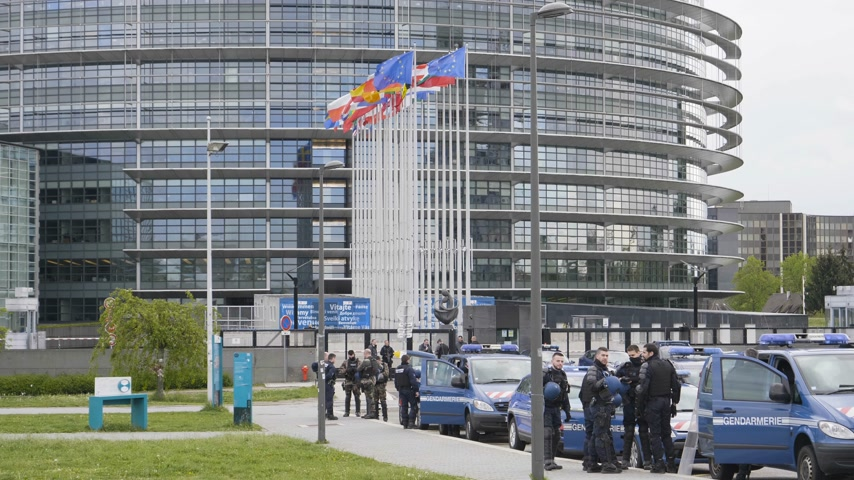 policista : Strasbourg, France - Apr 28, 2019: Slow motion European Parliament headquarter being secured by police gendarmerie officers at entrance during Yellow Vests movement on Saturday