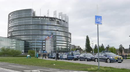 proti : Strasbourg, France - Apr 28, 2019: Establishing shot of European Parliament headquarter being secured by police gendarmerie officers at entrance during Yellow Vests movement on Saturday Dostupné videozáznamy