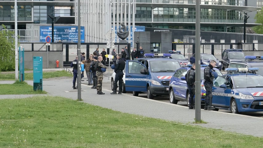 champs elysee : Strasbourg, France - Apr 28, 2019: Multiple police gendarmerie officers and gendarmes securing European Parliament entrance in Strasbourg during Yellow Vests movement on Saturday Stock Footage