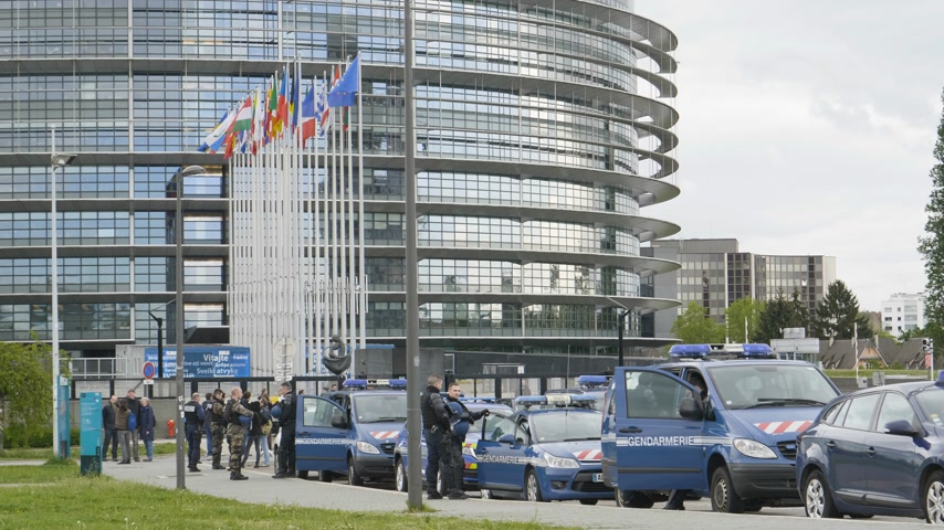 gösterici : Strasbourg, France - Apr 28, 2019: Multiple police gendarmerie officers and gendarmes securing European Parliament entrance in Strasbourg during Yellow Vests movement on Saturday Stok Video