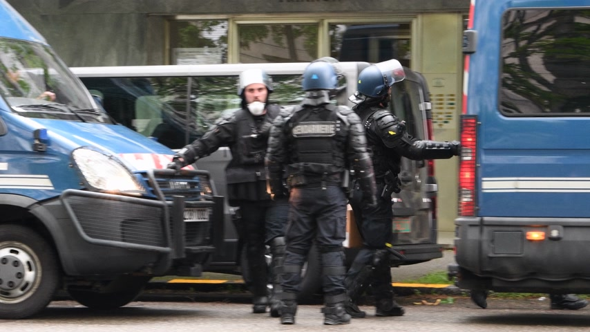 gösterici : Strasbourg, France - Apr 28, 2019: French Police officers gendarmes distribution to colleagues boxes with 1330-14-548-9477 hand launcher grenades supply for next altercations Yellow vests protestors