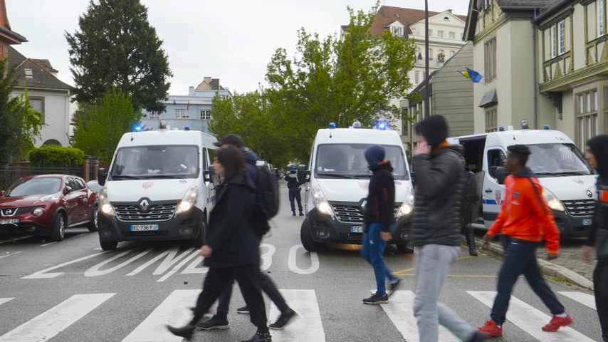 gösterici : Strasbourg, France - Apr 28, 2019: Police vans securing street Rue Schweighaeuser in Strasbourg during Yellow Vests Gilets Jaunes manifestation protest