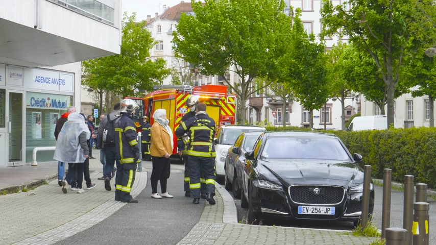 gösterici : Strasbourg, France - Apr 28, 2019: Firefighters talking with woman after Yellow Vests Gilets jaunes
