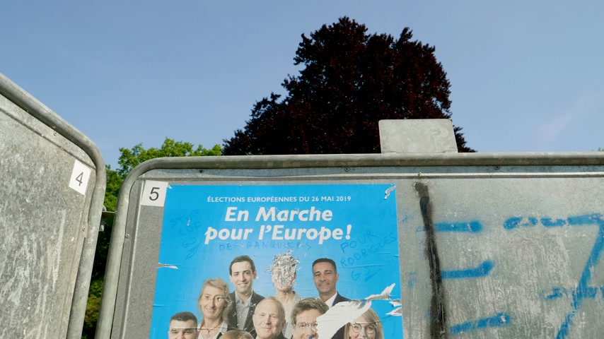migrants : Strasbourg, France - May 23, 2019: Tilt down to posters in green sunny park for 2019 European Parliament election featuring French En Marche Ue Renaissance