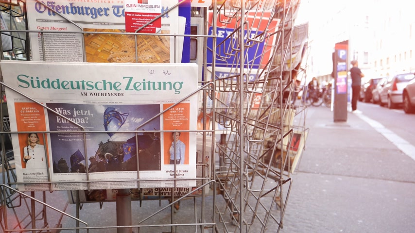 článek : Strasbourg, France - May 25, 2019: Slow motion press kiosk stand with Sueddeutsche Zeitung German press newspaper featuring 2019 European Parliament election predictions a day before the vote Dostupné videozáznamy