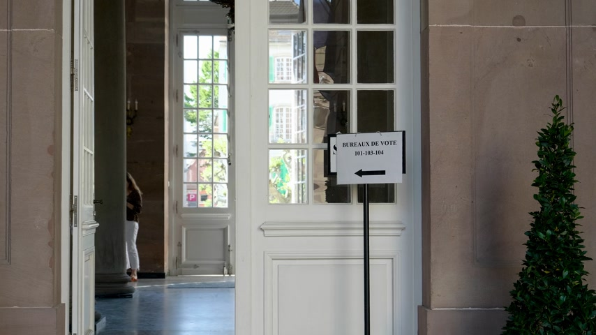 vasárnap : Strasbourg, France - May 27, 2019: Few people inside French polling station Bureau de vote sign on door 26 May, Sunday of 2019 European Parliament election