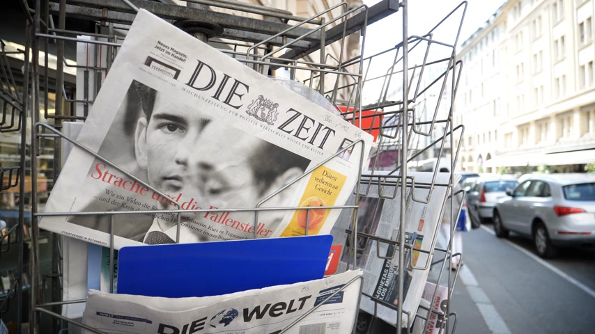 zprávy : Strasbourg, France - May 25, 2019: French street with press kiosk news breaking with Chancellor of Austria Sebastian Kurz on cover of Die Zeit newspaper