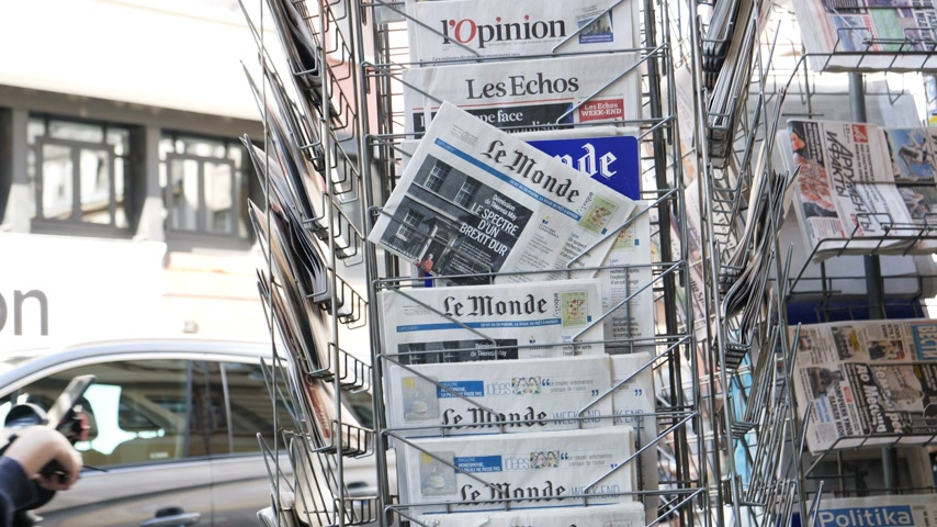 kolumny : Strasbourg, France - May 25, 2019: Multiple Le Monde press kiosk newspaper featuring Theresa May and title  Spectre of a hard Brexit - slow motion Wideo