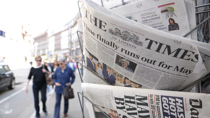sütunlar : Strasbourg, France - May 24, 2019: Time finally runs out for Theresa May title on The Times newspaper with pedestrians people walking on French street - Brexit news slow motion Stok Video
