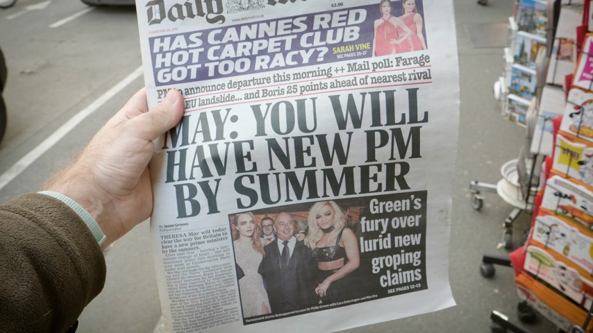 sütunlar : Strasbourg, France - May 25, 2019: Man hand POV reading at press kiosk British Daily Mail latest newspaper featuring Theresa May resignation - you will have a new PM by summer Stok Video