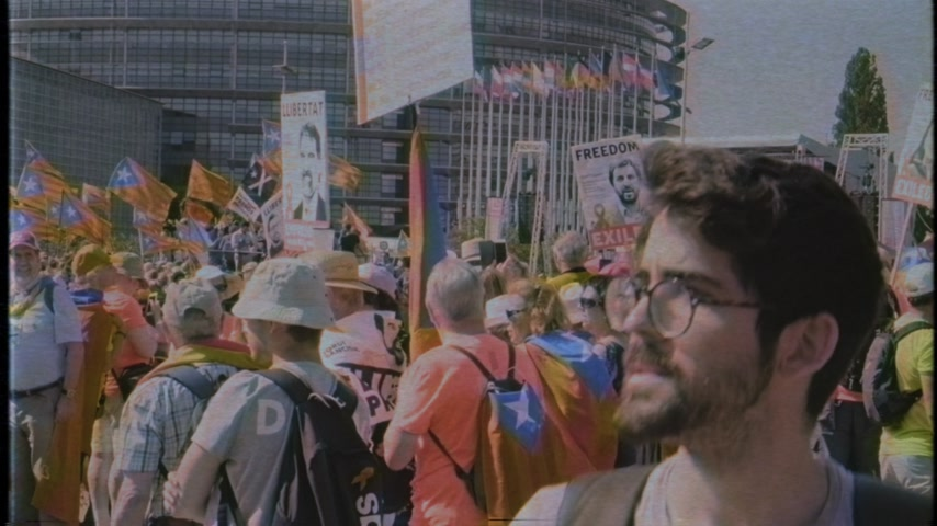 каталонский : Strasbourg, France - Jul 2 2019: Man holding placard Freedom for Toni Comin at protest front of EU European Parliament against exclusion of three Catalan elected MEPs vhs vintage tape Стоковые видеозаписи