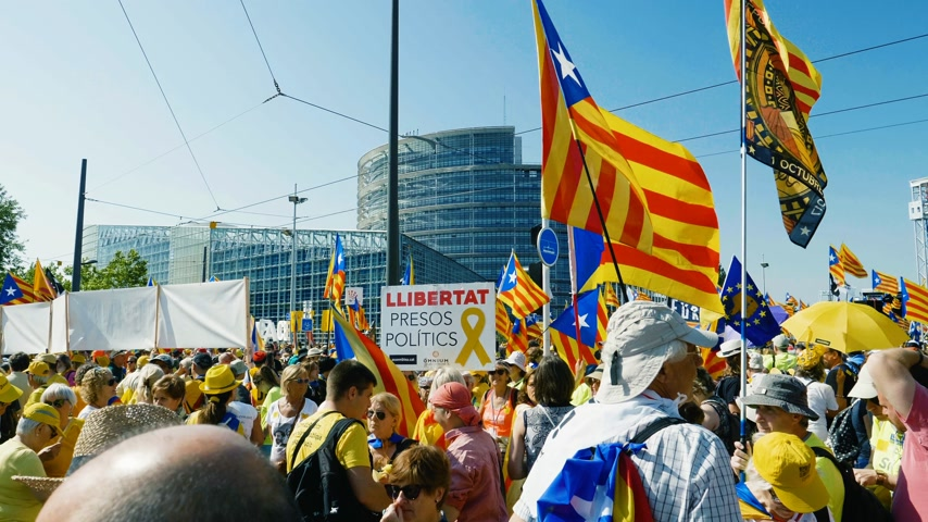 hlasování : Strasbourg, France - Jul 2 2019: LLIBERTAT Presos Politics and Estelada Catalan separatist flags crowd at protest front of EU European Parliament against exclusion of three Catalan elected MEPs