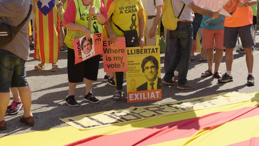 katalán : Strasbourg, France - Jul 2 2019: Freedom to Carles Puigdemont separatist flag on asphalt demonstration protest front of EU European Parliament against exclusion of three Catalan elected MEPs Stock mozgókép