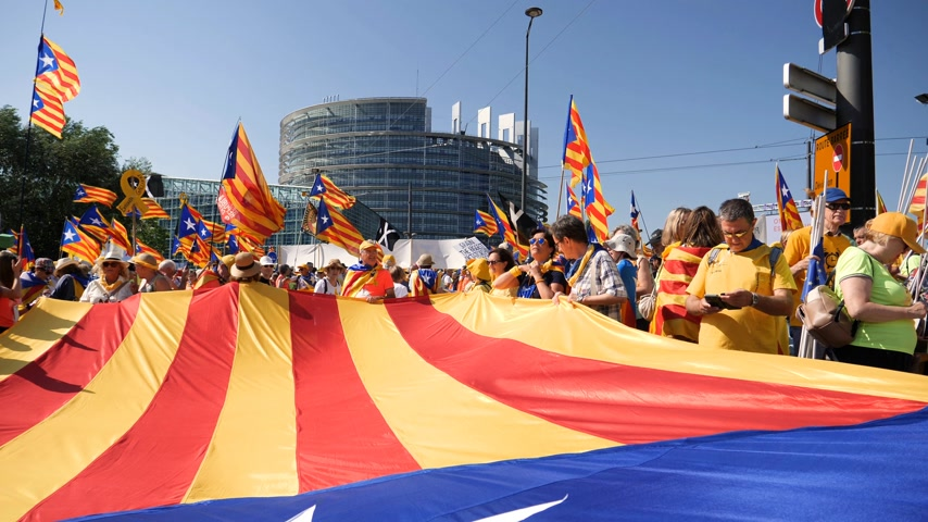 választotta : Strasbourg, France - Jul 2 2019: Slow motion people holding immense Estelada Catalan separatist flags demonstration protest front of EU European Parliament against exclusion of Catalan elected MEPs Stock mozgókép