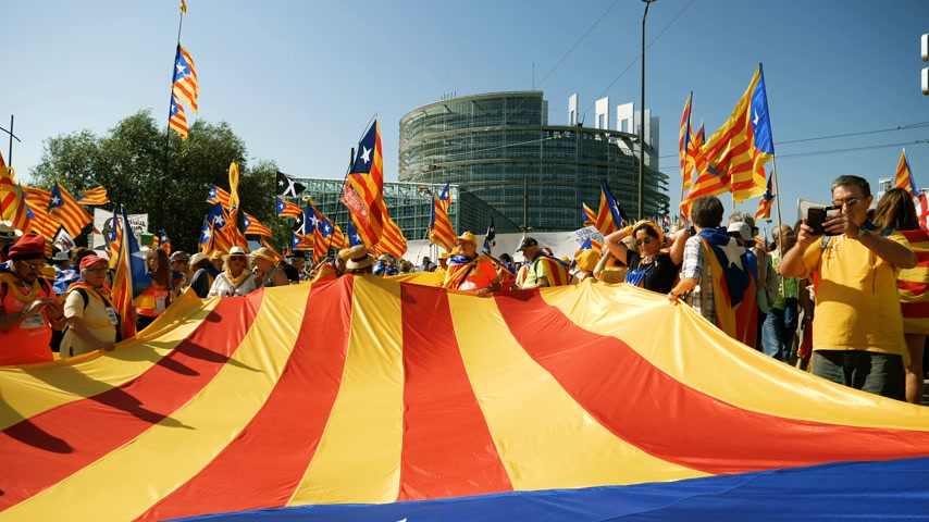 istek : Strasbourg, France - Jul 2 2019: Slow motion People holding immense Estelada Catalan separatist flags demonstration protest front of EU European Parliament against exclusion of Catalan elected MEPs Stok Video