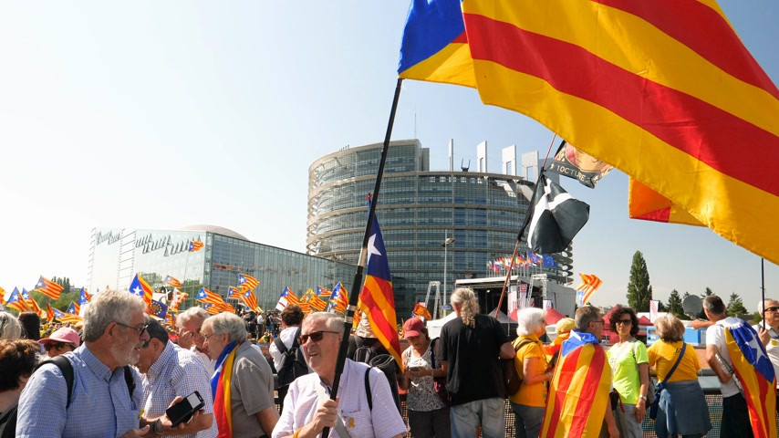 protestor : Strasbourg, France - Jul 2 2019: Seniors people holding Estelada Catalan separatist flags demonstrate protest front of EU European Parliament against exclusion of three Catalan elected MEPs Stock Footage