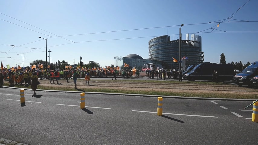 zprávy : Strasbourg, France - Jul 2 2019: People with Estelada Catalan separatist flag during demonstration protest near EU European Parliament against exclusion of three Catalan elected MEPs