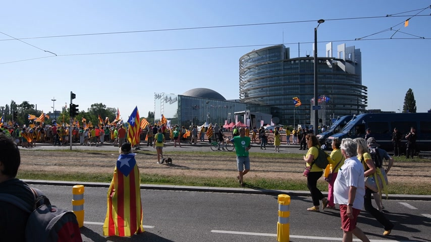 katalán : Strasbourg, France - Jul 2 2019: Catalan people demonstration protest near EU European Parliament against exclusion of three Catalan elected MEPs Stock mozgókép