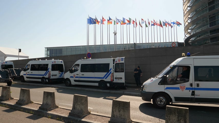 parlamento : Strasbourg, France - Jul 2 2019: Police surveillance vans in front of European Parliament as Catalan protesters demonstrating against exclusion of three Catalan elected MEPs