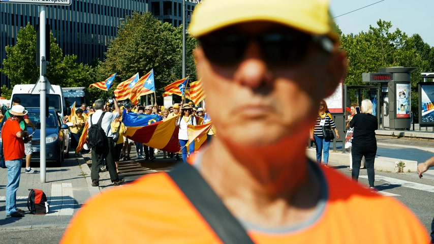 katalán : Strasbourg, France - Jul 2 2019: Time lapse Police guiding People holding Estelada Catalan separatist flags demonstrate protest front of EU European Parliament against exclusion Catalan elected MEPs