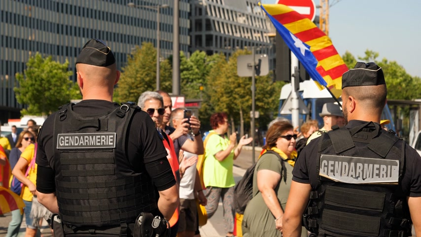 katalán : Strasbourg, France - Jul 2 2019: Gendarmerie Police guiding protesters with Catalan separatist flags demonstrate protest front of EU European Parliament against exclusion of Catalan elected MEPs