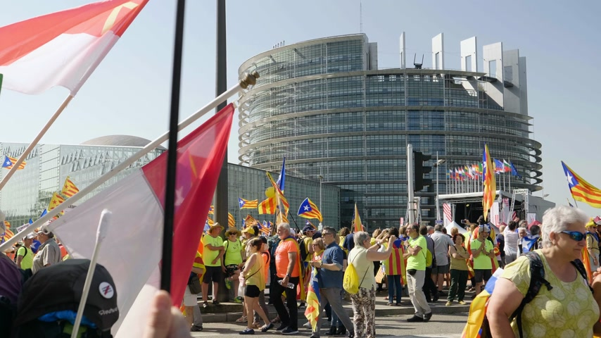 каталонский : Strasbourg, France - Jul 2 2019: Spanish people with flags and placards at protest in front of EU European Parliament demonstrating against exclusion of three Catalan elected MEPs