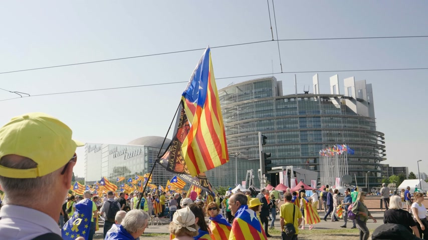 volby : Strasbourg, France - Jul 2 2019: Thousands of Estelada Catalan separatist flags in Spanish people hands at protest front of EU European Parliament against exclusion of three Catalan elected MEPs