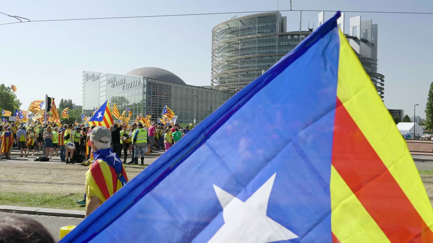 istek : Strasbourg, France - Jul 2 2019: People holding Catalan flags and placards at demonstration protest front of EU European Parliament against exclusion of three Catalan elected MEPs