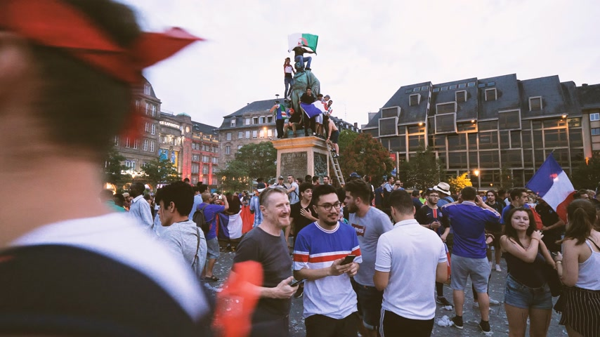 trofej : STRASBOURG, FRANCE - JULY 15, 2018: Time lapse fast motion Happiness and jubilation of supporters after the victory of the French team in the final of the World Cup football in Russia